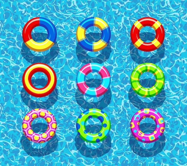 Anéis de piscina na água azul