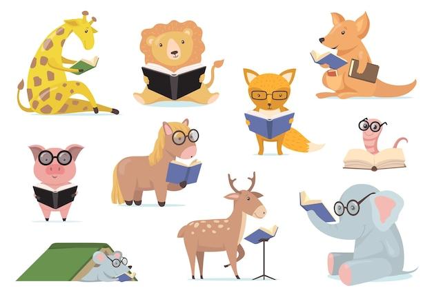 Animais espertos em óculos lendo livros em conjunto plano