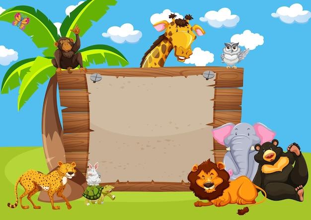 Animais selvagens e placa de madeira