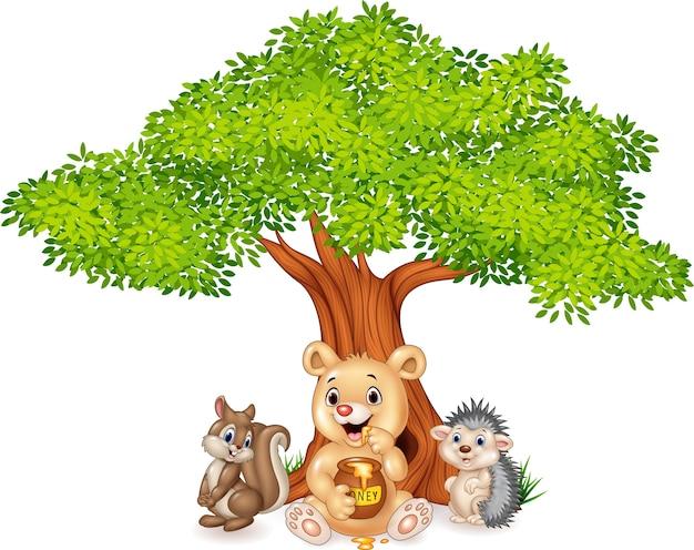 Animal engraçado dos desenhos animados na árvore