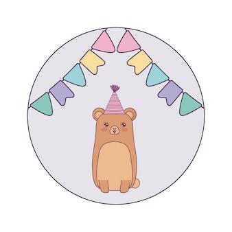 Animal fofo urso com festa de chapéu e guirlandas penduradas
