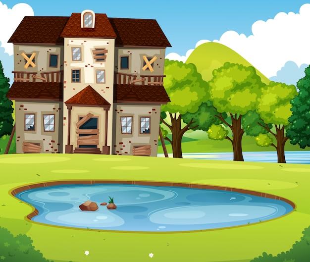 Antiga casa de tijolo com gramado e lagoa