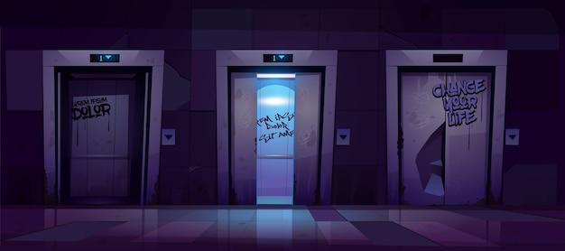 Antigo corredor sujo com portas de elevador abertas e fechadas à noite.