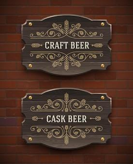 Antigos letreiros de madeira com emblema de cerveja artesanal