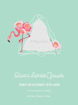 Anúncio da chegada do bebê com ilustração da bela moldura de flamingo e geometria, cartão de cumprimentos ou convite, moldura floral geométrica em vetor