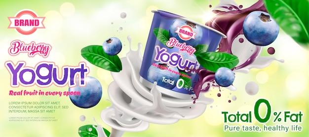 Anúncio de iogurte de mirtilo com ingrediente girando ao redor do recipiente em fundo verde bokeh