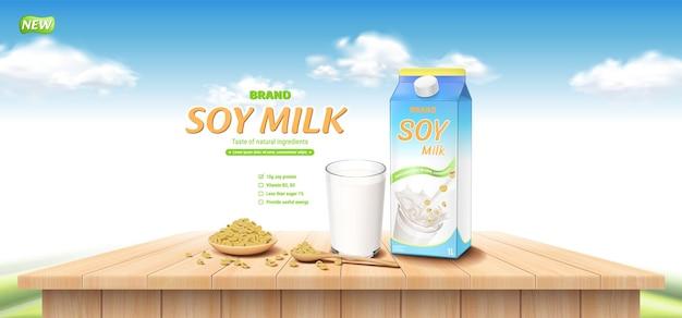 Anúncio de leite de soja com colher de xícara de madeira, grãos de soja e vidro na mesa de madeira