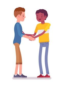 Aperto de mão de homens jovens com as duas mãos