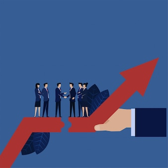 Aperto de mão do chefe do negócio a levantar-se acima do lucro da finança para o acordo entre duas empresas.