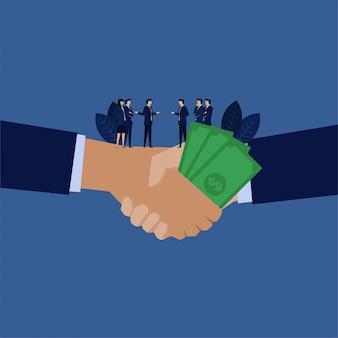 Aperto de mão do negócio com metáfora do dinheiro da corrupção.