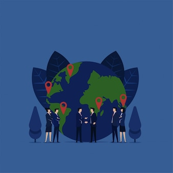 Aperto de mão do negócio para a expansão da concessão do negócio com ícone do globo e do gps.