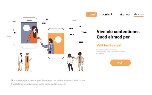 Aplicação móvel pessoas de negócios bate-papo online bolha rede social comunicação conceito smartphone tela