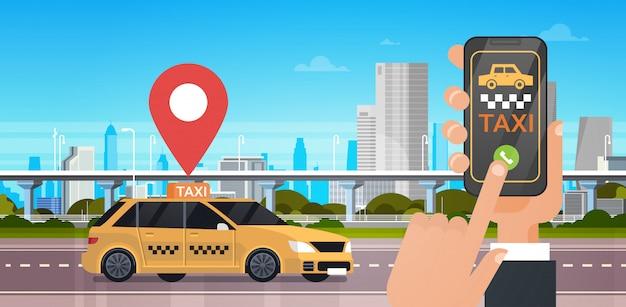 Aplicativo on-line de serviço de táxi, mão segurando táxi de encomenda de telefone inteligente com aplicativo móvel sobre o fundo da cidade