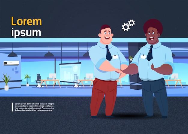 Apresentação do espaço de coworking com pessoas de negócios