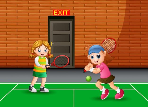 Apresentando meninas jogando tênis indoor