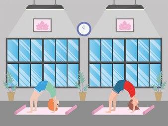 Apto casal praticando ioga