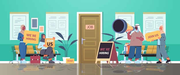 Árabe gerentes de rh segurando estamos contratando junte-se a nós cartazes vaga aberto recrutamento recursos humanos conceito escritório corredor interior horizontal ilustração vetorial de comprimento total