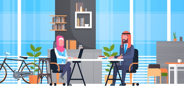 Árabe, negócio, homem mulher, sentando, em, escrivaninha escritório, em, modernos, coworking espaço, trabalhando, junto, muçulmano, trabalhadores, em, coworkers, centro