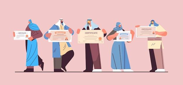 Árabes formados com certificados árabes graduados celebrando diploma acadêmico em educação corporativa
