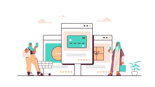 Árabes usando aplicativo de smartphone para fazer pedidos de compras online e pagar compras inteligentes de comércio eletrônico