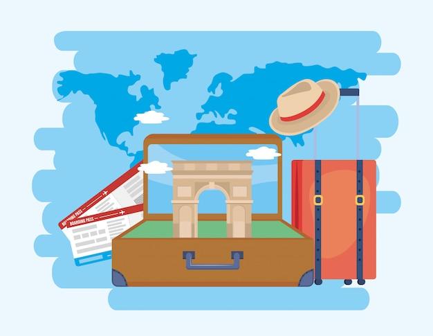 Arco triunfo na maleta com bilhetes e chapéu com bagagem