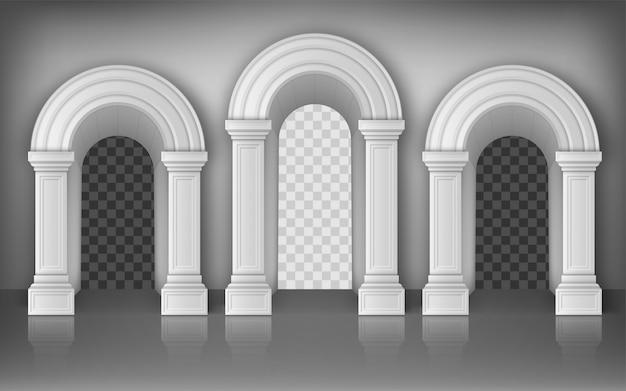 Arcos com colunas brancas na parede, portões interiores