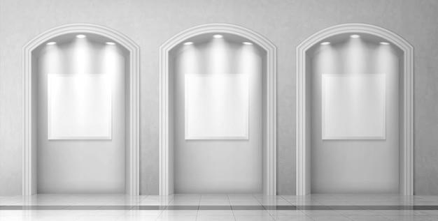 Arcos com colunas e placas em branco na parede