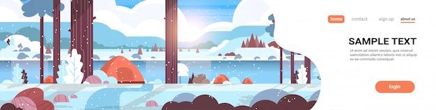 Área de camping de tendas na floresta conceito de acampamento de inverno dia ensolarado nascer do sol paisagem de neve natureza com água montanhas e colinas