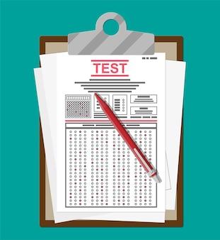 Área de transferência com formulários de pesquisa ou exame e caneta.