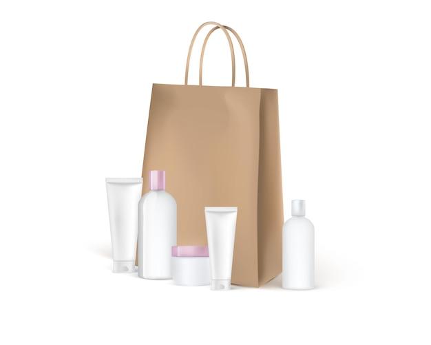 Artesanato sacola de papel marrom com tubos cosméticos ao redor.