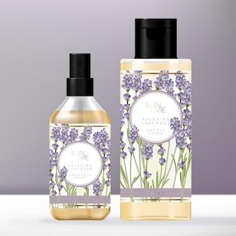 Artigos de higiene vintage violeta lavanda conjunto com álcool transparente ou frasco de spray de fragrância e embalagem de garrafa de tampa de creme de chuveiro clara.