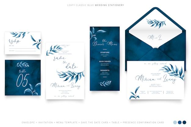 Artigos de papelaria frondosos do casamento na cor azul clássica