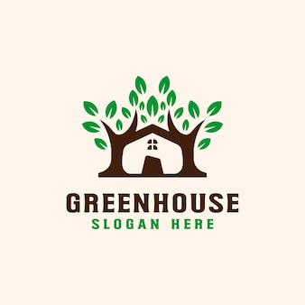 Árvore com modelo de logotipo de casa de telhado.