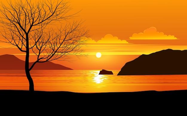 Árvore contra o pôr do sol dourado na praia