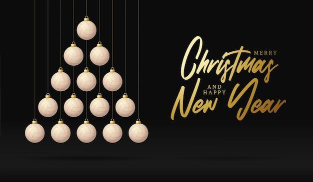 Árvore de bugiganga de cartão de natal e ano novo de voleibol. árvore de natal criativa feita por bola de vôlei em fundo preto para a celebração do natal e ano novo. cartão esportivo