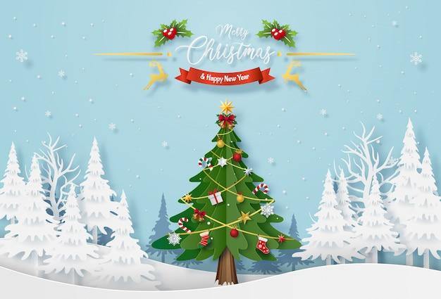 Árvore de natal com decoração na floresta com neve