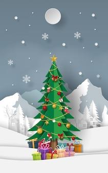 Árvore de natal com presentes na montanha de neve