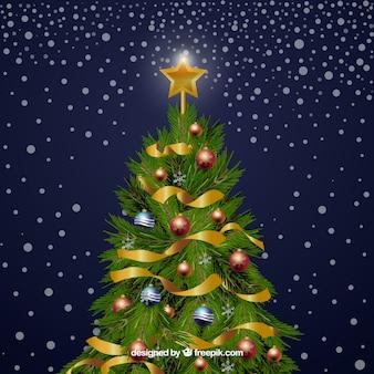 Árvore de Natal decorada com bolas