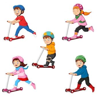 As crianças aprendem a andar de scooter