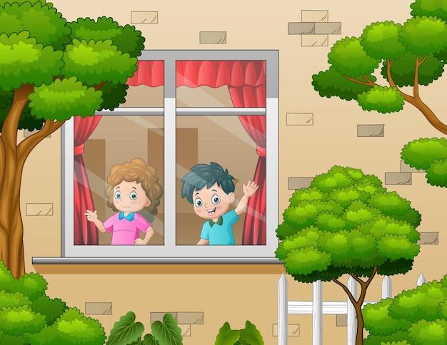 As crianças atrás da janela olham para fora da casa ao redor