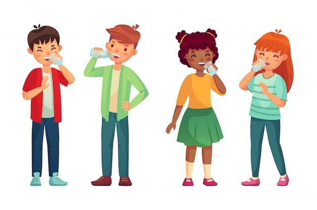 As crianças bebem água limpa de vidro e garrafa. conceito de nível de hidratação