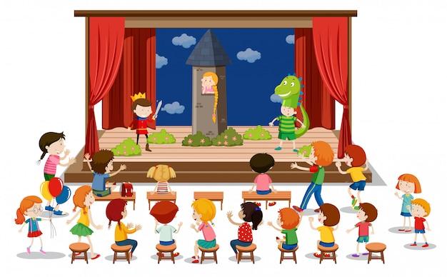 As crianças brincam de drama no palco
