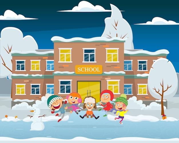 As crianças brincam no pátio da escola à noite