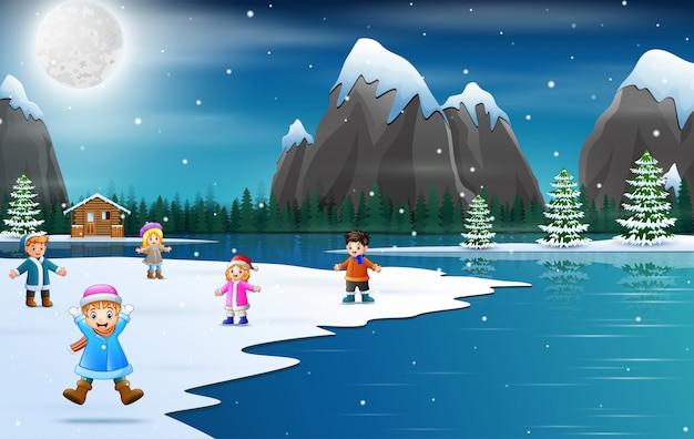 As crianças comemoram nas férias de inverno natal