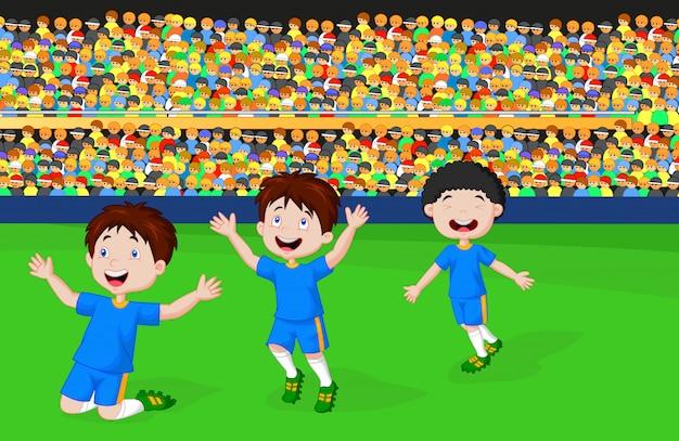 As crianças comemoram seu objetivo