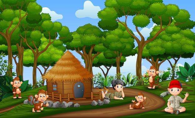 As crianças do safari com macacos na zona rural