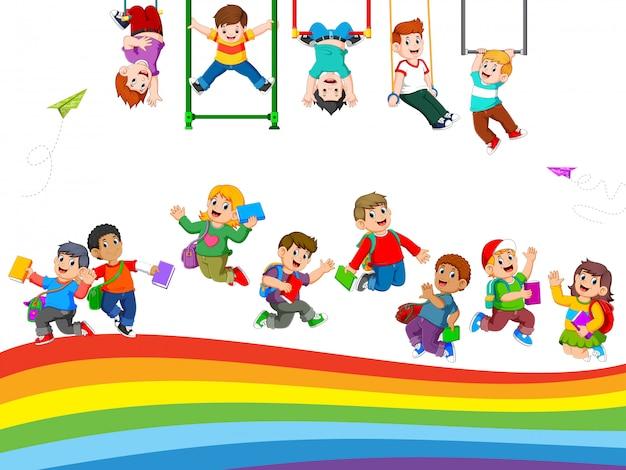 As crianças e a atividade estudantil quando estão brincando juntos