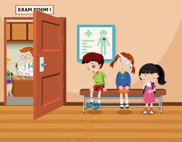 As crianças esperam na frente da sala de exames