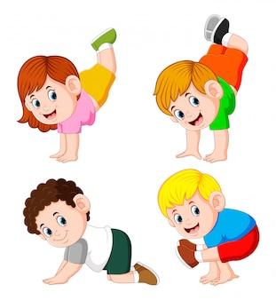 As crianças estão a fazer exercício com o diferente posando