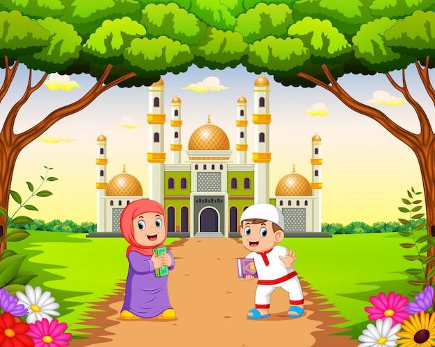 As crianças estão andando e brincando perto da bela mesquita